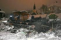 Požárem zničená chata ve Starém Městě