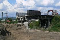 Starý nadjezd mezi Lukavicí a Vlachovem mizí, nový most spojí obec s osadou do roka.