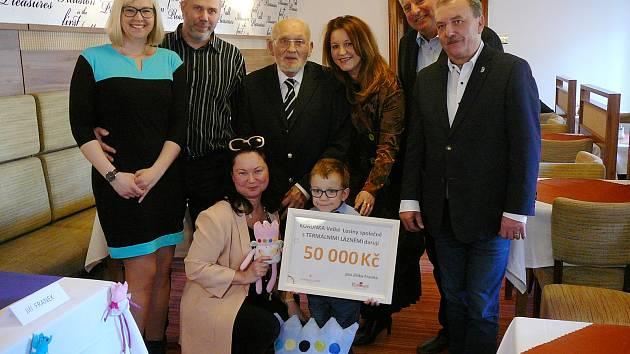 Na severu Olomouckého kraje začal působit charitativní spolek Korunka Velké Losiny. Jako prvnímu přispěl malému Jiřímu Frankovi z Bludova.