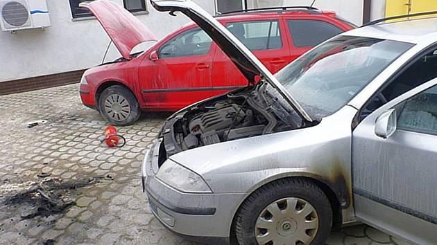 Neznámý žhář vnikl v úterý brzy ráno na oplocený pozemek a pomocí hořlaviny se pokusil zapálit dvě auta známého mohelnického podnikatele Martina Vaňourka.