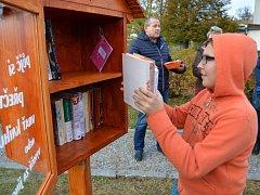 Knihobudky v Mikulovicích zhotovily děti z místní základní školy. Schránky lidem slouží od října.