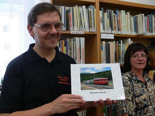 Autor knihy fotografií Železnice Desná Zdeněk Morávek při křtu v šumperské knihovně