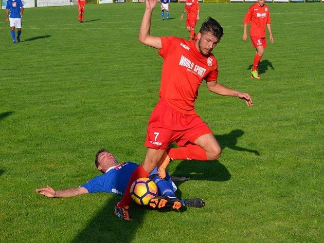 Fotbalisté Jeseníku (v červené)