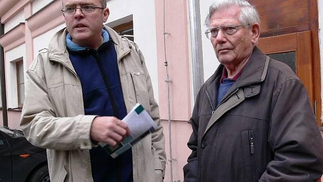 Starosta Loučné na Desnou Pavel Martínek a potomek někdejších majitelů baron Franz Klein po druhé neúspěšné dražbě 29. října 2009