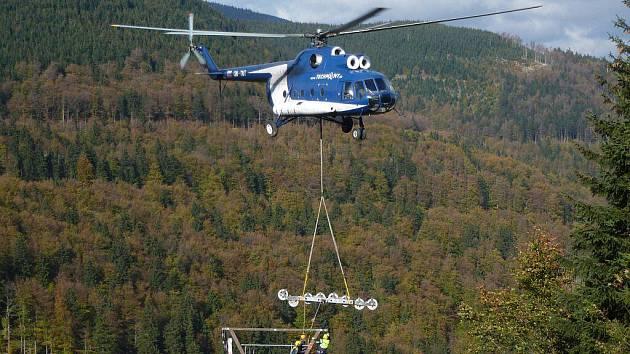 Sloupy pro sedačkovou lanovku na Červenohorském sedle se osazovaly pomocí vrtulníku