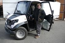 V Moravičanech má užitkový elektromobil k ruce parta obecních pracovníků.