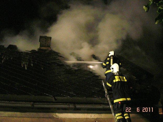Požár střechy domu v Hrabenově