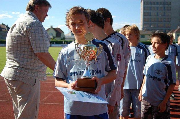 Mladší žáci Šumperku převzali pohár pro vítěze divize