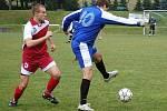 Losinští fotbalisté (modré dresy) v duelu s Kralicemi