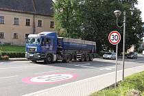 Nové vodorovné značení na hlavním tahu v obci Bludov.