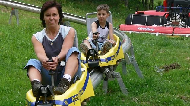 Letní bobová dráha v Petříkově nabízí adrenalinový zážitek.