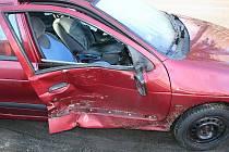 Renault Megane pničený nárazy do zaparkovaných automobilů