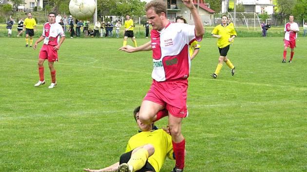 Souboj hráče Loučné (červený dres) s fotbalistou Vikýřovic na archivním snímku. Oba kluby padají ke dnu I. A třídy.