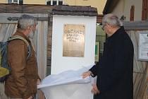 Odhalení pamětní desky u zadního vstupu do jesenické Katovny.