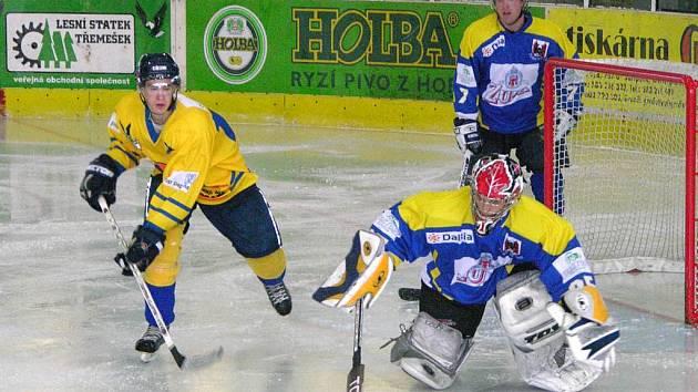 Sezona už začala i pro šumperské hokejové juniory. Ti si poradili v neděli v rámci 1. ligy se silným Přerovem (modré dresy).