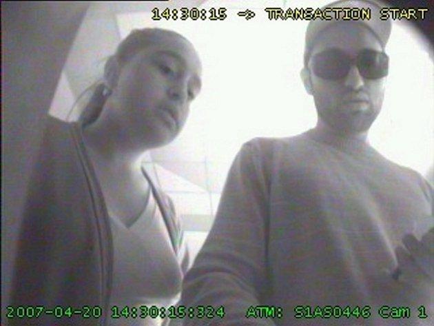 Policisté pátrají po této dvojici, která vybrala peníze na odcizenou platební kartu.