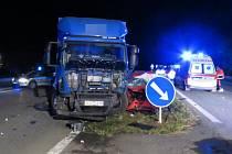 Řidič osobního auta vjel v pondělí 15. srpna kolem půl čtvrté ráno na okraji Mohelnice ve směru na Zábřeh v místech, kde se silnice zužuje ze čtyř pruhů na dva, do protisměru, kde se střetl s nákladním autem. Zemřel v troskách svého vozu.