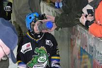 Jeden z adeptů ledního hokeje v dračím dresu pije během tréninku přípravky Dráčat.