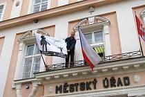 Místostarosta Mohelnice Pavel Kuba upravuje vlajku, která symbolizuje boj obcí za nové přerozdělení daní