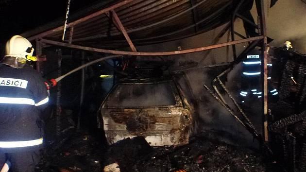 K požáru osobního vozu hasiči vyjížděli do místní části Libiny Obědné