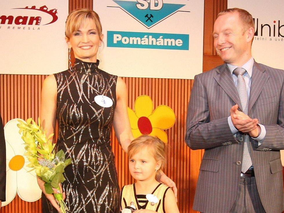 Vítězka moravskoslezského kola Missis 2010 Dagmar Güttlerová ze Šumperku s dcerou Viktorií