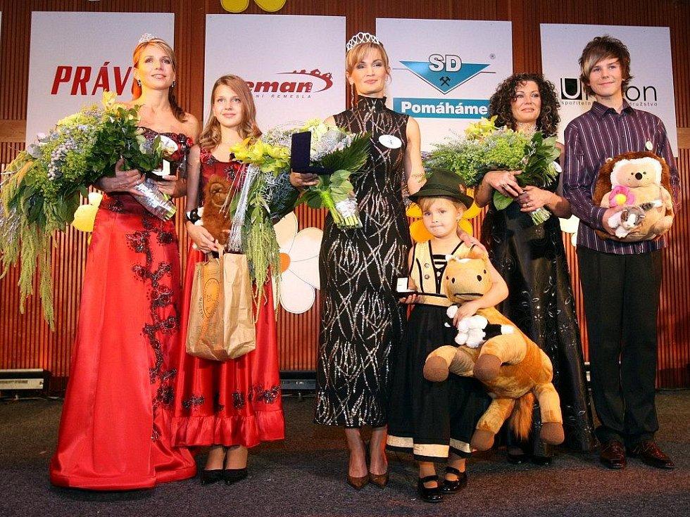Moravskoslezské zemské finále MIssis 2010. Zleva Lenka Zábojníková a dcera Markéta, Dagmar Güttlerová a dcera Viktorie, Lubomíra Richterová a syn Erich