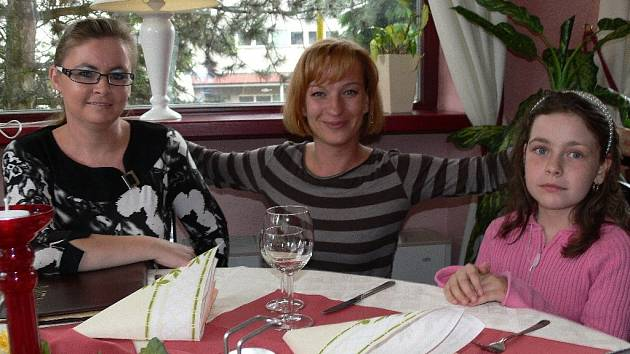Herečka Sandra Pogodová a Alexandra Bezděková s dcerou na večeři