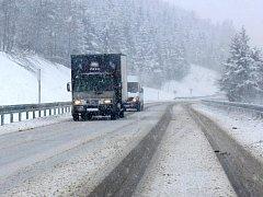 Sněžení zkomplikovalo ve čtvrtek 1. prosince dopravu na Červenohorském sedle