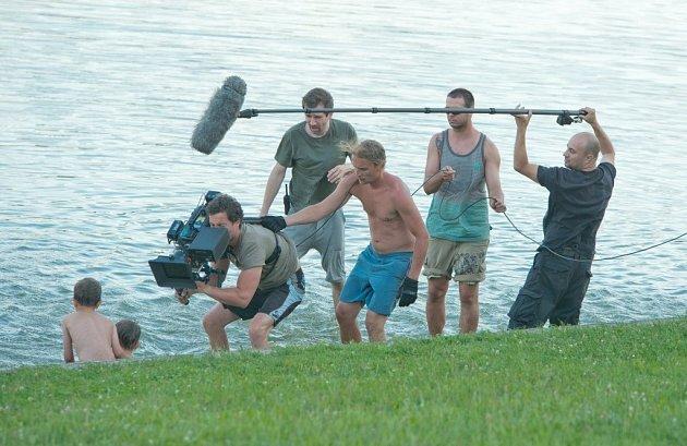 Ondřej Sokol s týmem během natáčení na Krásném.