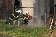 Hasiči v areálu šumperské Sanatorky určené k demolici cvičili řezání materiálů vodním paprskem.