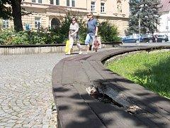Sady 1. máje v centru Šumperku potřebují rekonstrukci. Řada betonových prvků se drolí, dřevěné lavice jsou často uhnilé.
