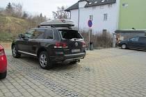 Rozmlácená auta po řádění výtržníka v Šumperku