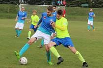 Tomáš Indra (u míče v modrém)