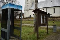 Telefonní budka ve Vikanticích, jedna z posledních v Olomouckém kraji.