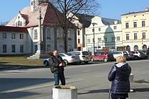 Úřad práce v Javorníku sídlí naproti radnici (zelená budova v pozadí).