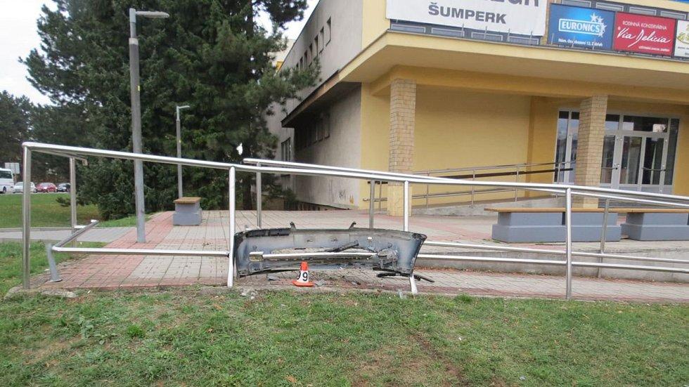 Opilá řidička projela rondelem v centru Zábřehu rovně. Foto: Policie ČR