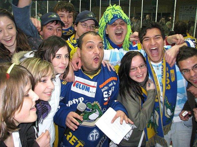Takhle slavili na jaře fanoušci šumperských hokejistů postup do 1. ligy. Ten dostane v příštím roce kvůli krizi od radnice méně peněz