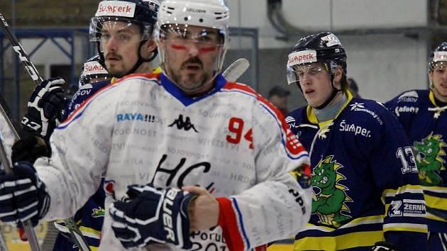 Hokejisté Šumperku (v modrém) v play-off proti Porubě