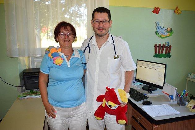 Nový ošetřující dětský lékař v Javorníku Panajotis Joanidis a sestra Vlasta Bošáková.