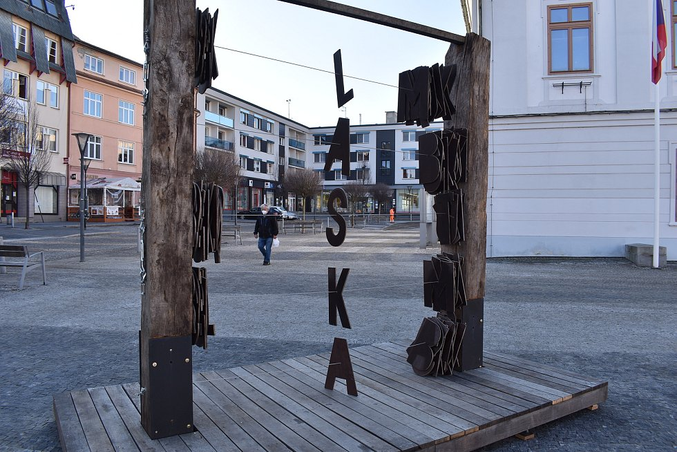 Interaktivní umělecké dílo na náměstí v Jeseníku.