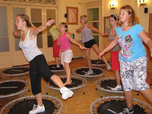 Jumping v provedení cvičenců z Domu dětí a mládeže v Šumperku