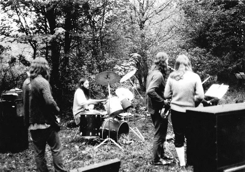 Kapela Invalid Band (Brix band Band)(Uničov – Libina) na undergroundovém festivalu na Třemešku pořádaném v roce 1985 v rámci narozenin Antonína Mikšíka