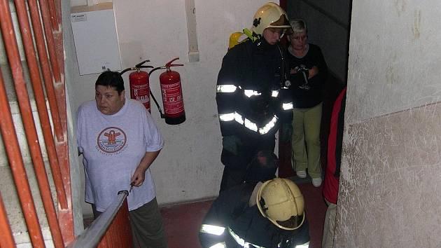 Ze zásahu hasičů v paneláku na Zahradní ulici. Snímky jsou pořízeny mobilním telefonem