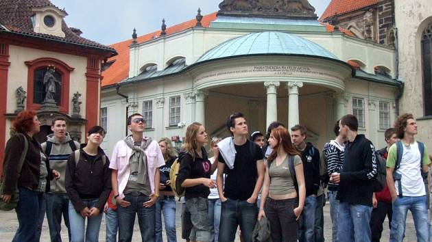 Studenti ze Střední odborné školy železniční, stavební a památkové péče a SOU v Šumperku se rozhlížejí po Praze