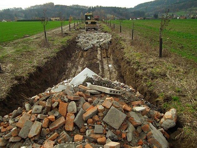 Stavební a demoliční odpady používané obecní firmou Provozní Nový Malín k výstavbě polní cesty.