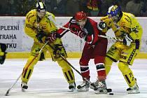 Prostějovští hokejisté (červené dresy) v sobotním utkání s Draky