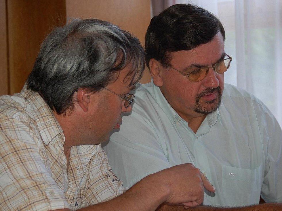 Místopředseda fotbalového klubu Vladimír Dostál a šéf generálního sponzora SAN-JV Josef Vymazal (zleva)