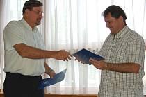 Ředitel SAN-JV Josef Vymazal a předseda fotbalového klubu Bořivoj Bartoš (zleva) při podpisu smlouvy o spolupráci
