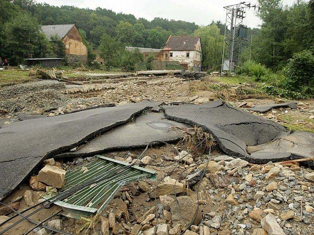 Snímek je z vodou zničených Bernatic na Jesenicku