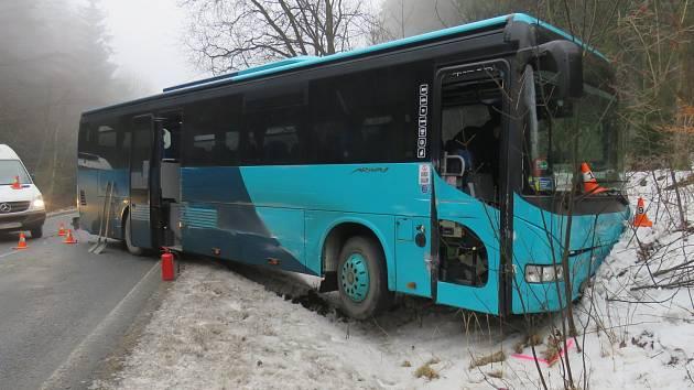 Nehoda autobusu v pondělí 6. února mezi Heřmanovicemi a Zlatými Horami.